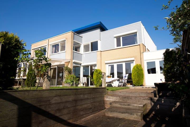 Mooie woning aan het water - Lelystad - House
