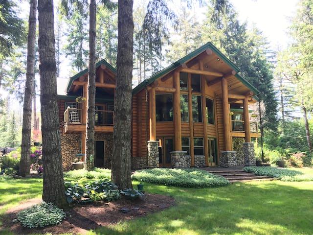 """Private Riverfront Suite,""""Bear Den"""" Oregon Retreat"""
