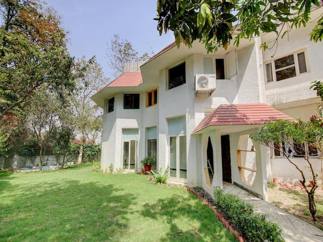 OYO - Premium 1BR Farmstay in Sainik Farm, Saket