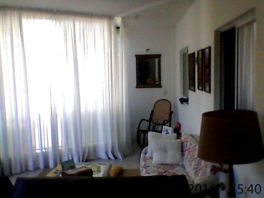 Sala de estar e leitura.