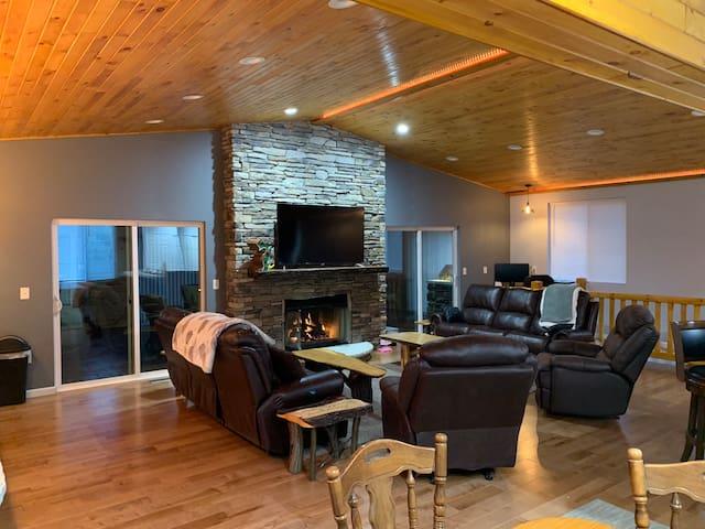Finnegan RoadHouse: 7 Bedrooms/5 Baths on 10 acres