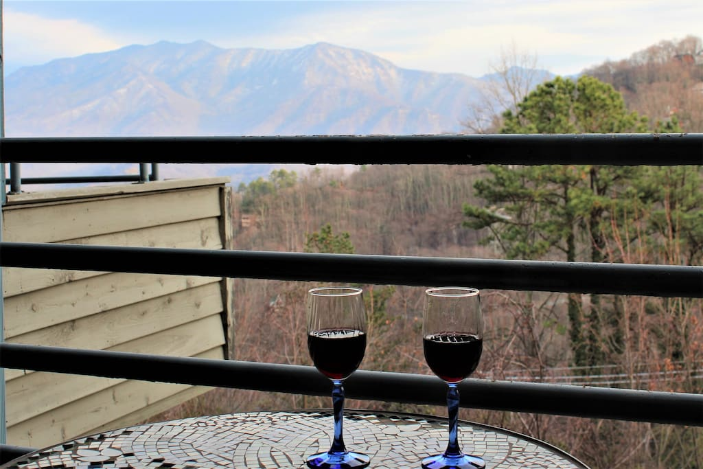 Relax and enjoy mountain views (Mt. Leconte) on the private balcony