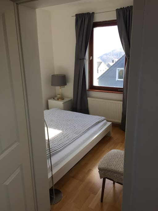 Blick aus dem Wohnraum ins Schlafzimmer