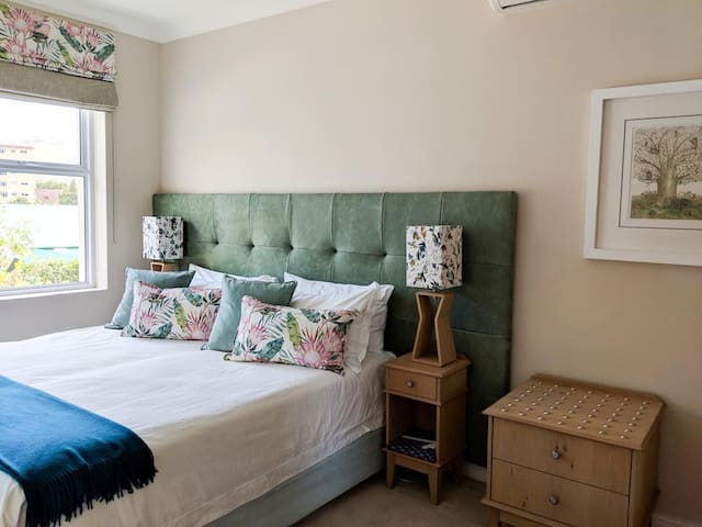 King Protea Room. Air-conditioning, Smart Television connected to Internet, Underfloor heating, bath and shower, free wifi, Blue tooth speaker, Lions Head view. Upstairs room