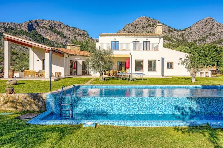 """Villa """"La Gubia"""" con vista sulle montagne, Wi-Fi, Piscina, Giardino, Balcone e Terrazze; Parcheggio disponibile"""