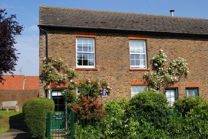 Cosy 2 bedroom Old Post Cottage on village green - Rodmersham Green, near Sittingbourne - Huis