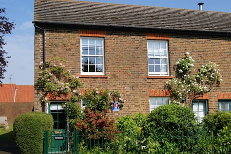 Cosy 2 bedroom Old Post Cottage on village green - Rodmersham Green, near Sittingbourne - Ev