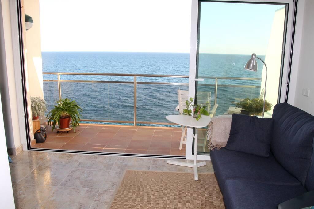 La porta de la terrassa és totalment de vidre i permet una gran obertura