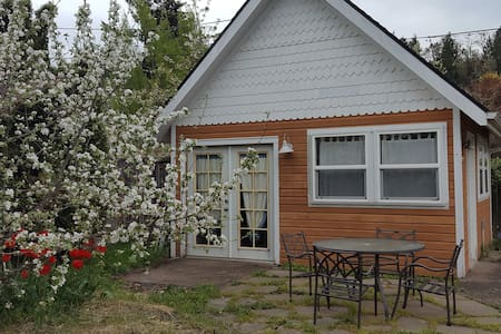 Boundary Tiny House Super clean separate building.