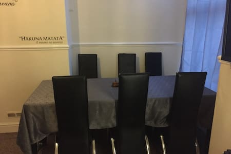 Cosy and spacious room sleeps up to 3 - Salford