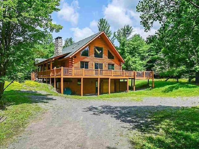 Beautiful Cozy Log house sleeps 11