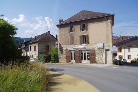 Ancien hôtel en pierre avec de vastes espaces - Cousance - Stadswoning
