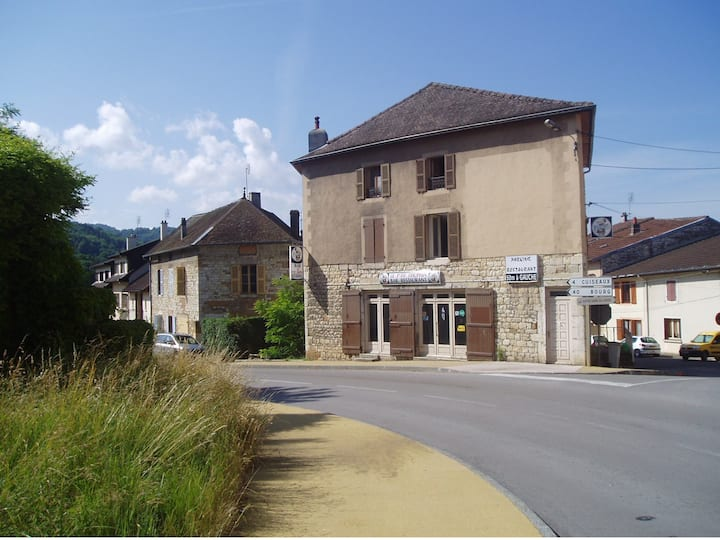 Ancien hôtel en pierre avec de vastes espaces