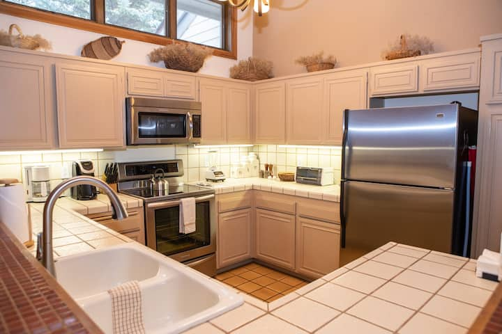 Charming Townhouse Ski In/Out, Hot Tub, Golf Course Views