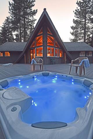 Club Cottage, 6 person hot tub on deck under stars w/ BBQ
