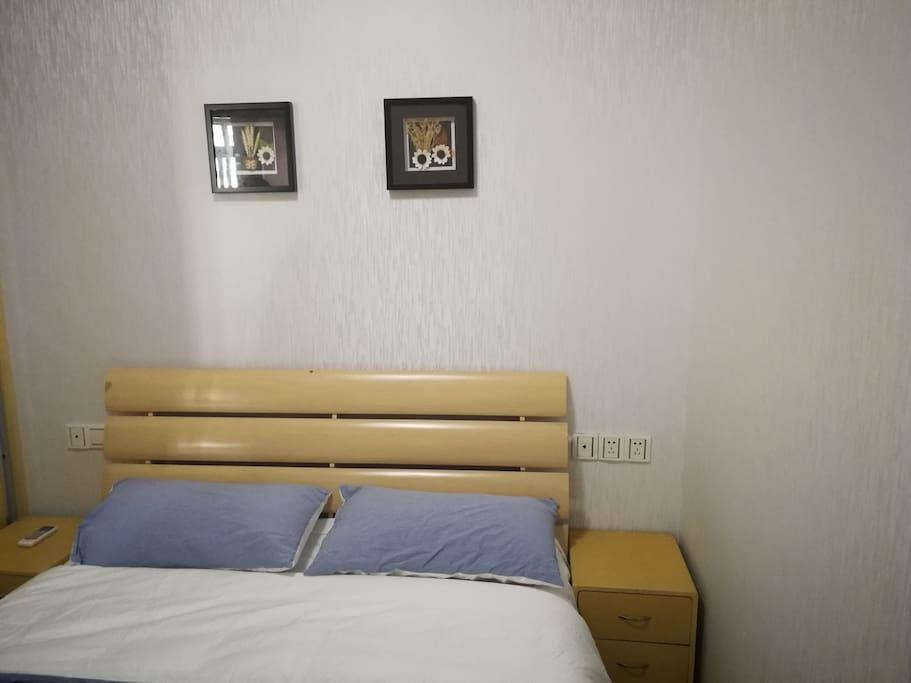 一个卧室,床品很温馨