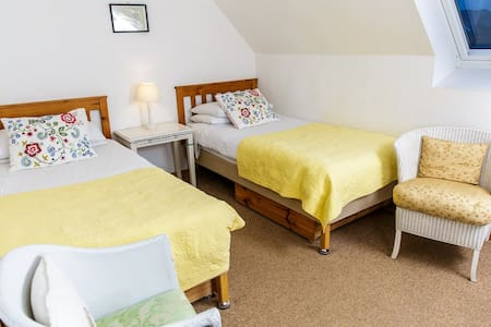 The Schoolhouse (Yellow room) - Dornie - Bed & Breakfast