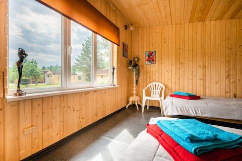 Деревянный домик для семьи в лесном массиве