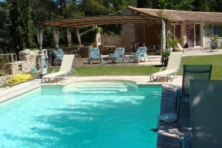 Bergerie xix ème de charme au calme avec piscine - Fuveau - บ้าน