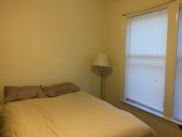 Uptown Walkable to Everything! 1 Bedroom, Sleeps 3