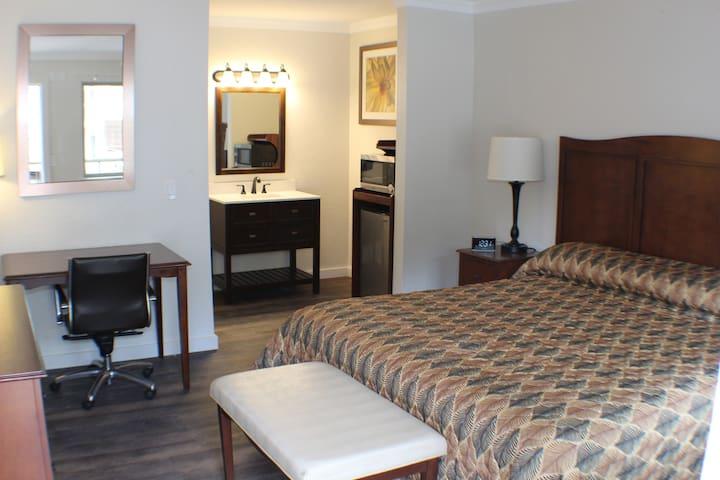 VISIT THE REDWOODS  - STUDIO WITH QUEEN BED