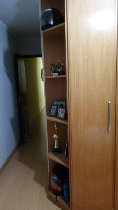 corredor com acesso ao banheiro do quarto