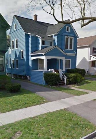 Whole Duplex Off Monroe Ave