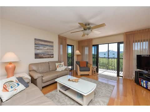 Beautiful 2 Bed 2 Bath Condo Steps from Lido Beach