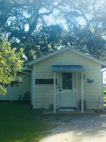 Cute guest House in the midst of lovely live oaks.