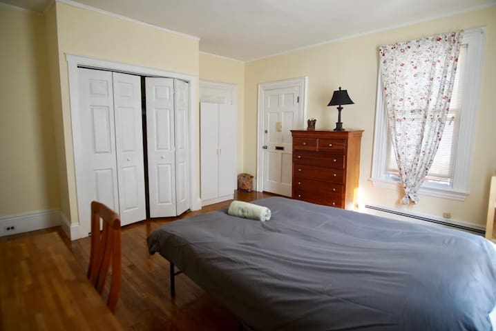Spacious Sunny Private Bedroom near Boston - Newton