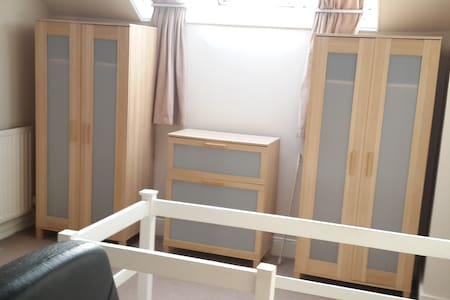 Large Attic Double room - Close to UoN & QMC - Beeston - Rumah