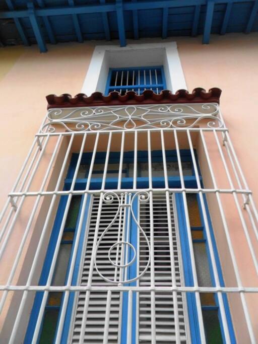 Ventanales coloniales con rejas de hierro fundido del siglo XIX