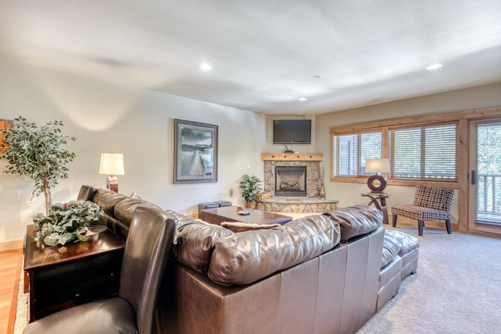 Luxury condo w/ gas fireplace, updated amenities, shared pool & hot tub!
