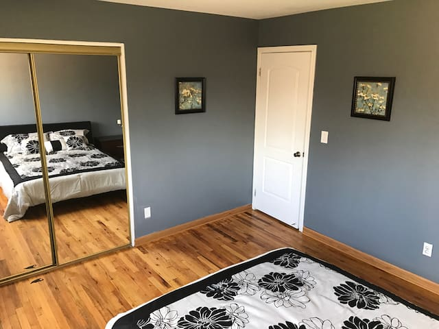 No Smocking Queen Size Bedroom - Southfield