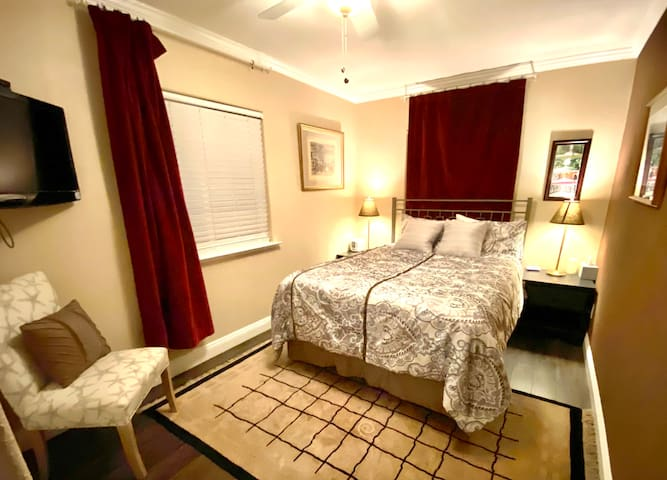 'Avery room' Queen-size bedroom with 32'' TV