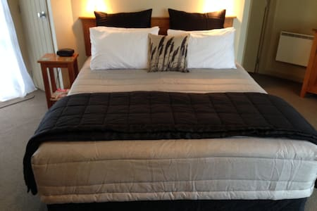 Super comfortable King Size Bed (can be split to twin share)