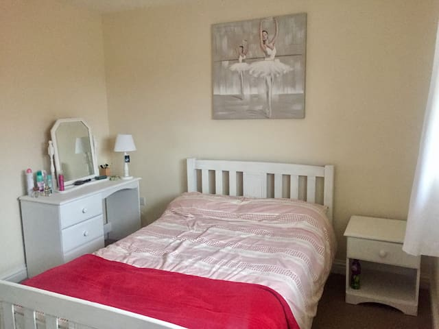 Light double room in modern home in Gloucester - Brockworth - Hus