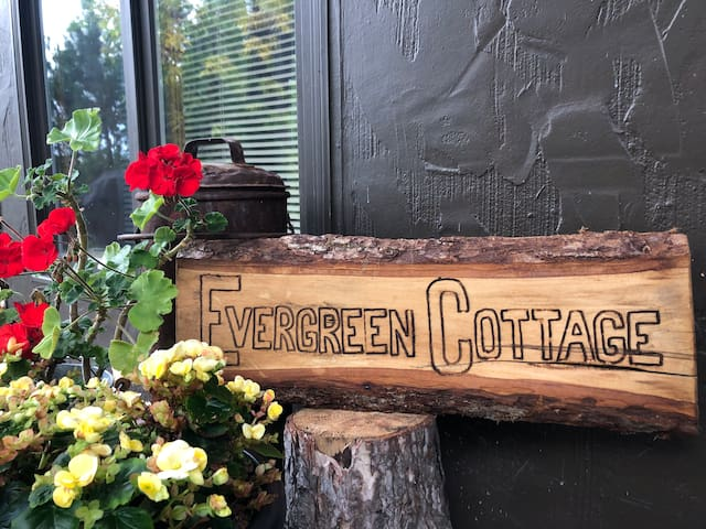 Evergreen Cottage - A Cozy Callander Getaway!