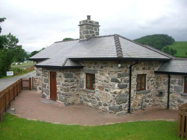 Historic Gatehouse Lodge by Bala Lake, Snowdonia