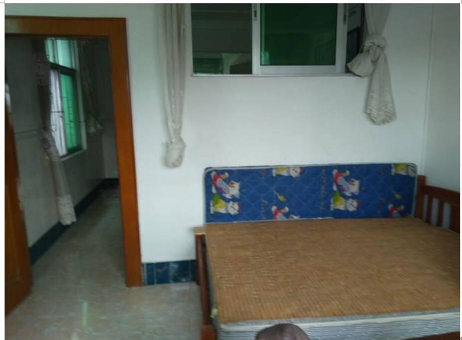 这是南侧小卧室 —— 这个床是 1米5的