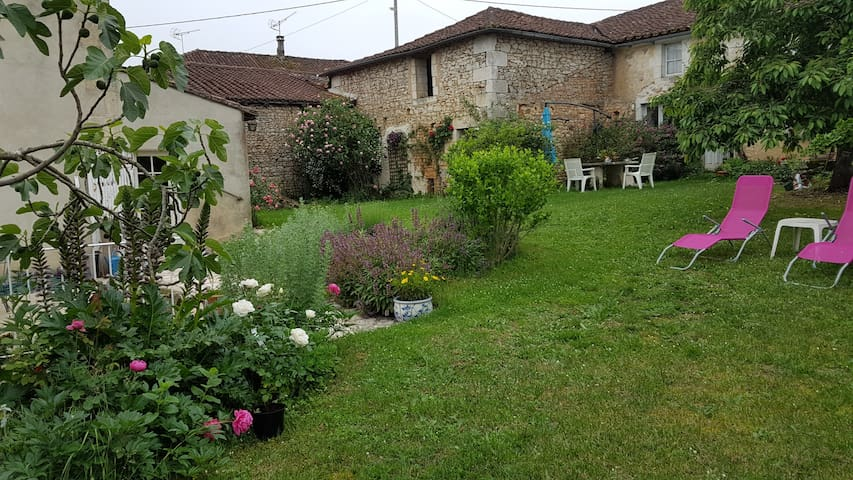 Independent house with beautiful view and garden - Vilhonneur