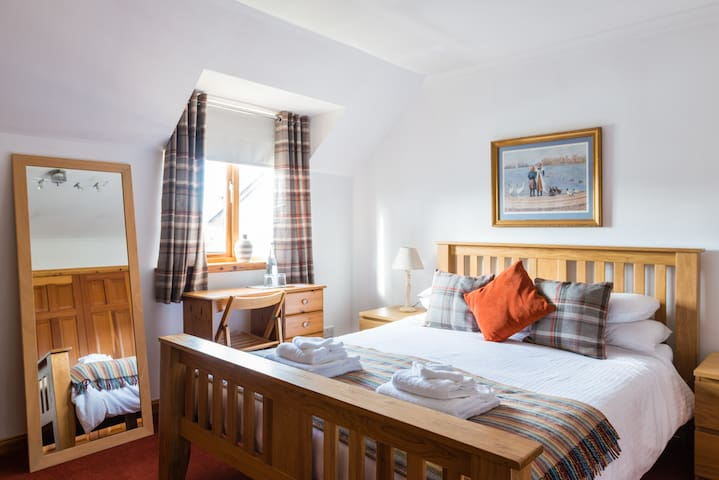 Friendly, quiet, comfy Kingsize room and breakfast - Forres - House