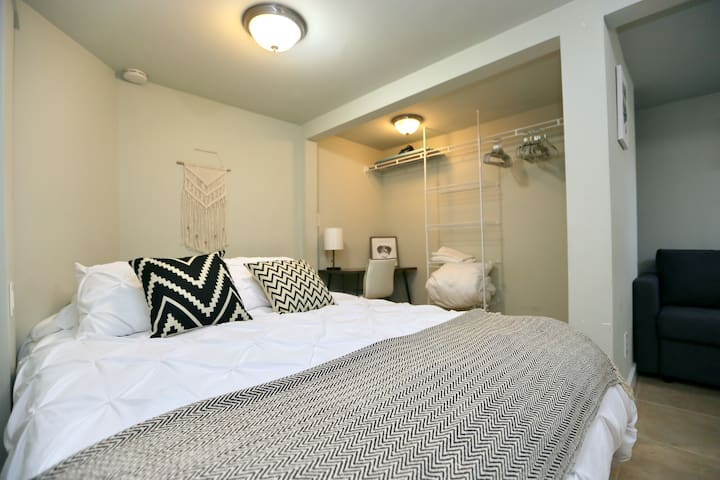 Relax at our Cozy Guest Suite - North Beacon Hill