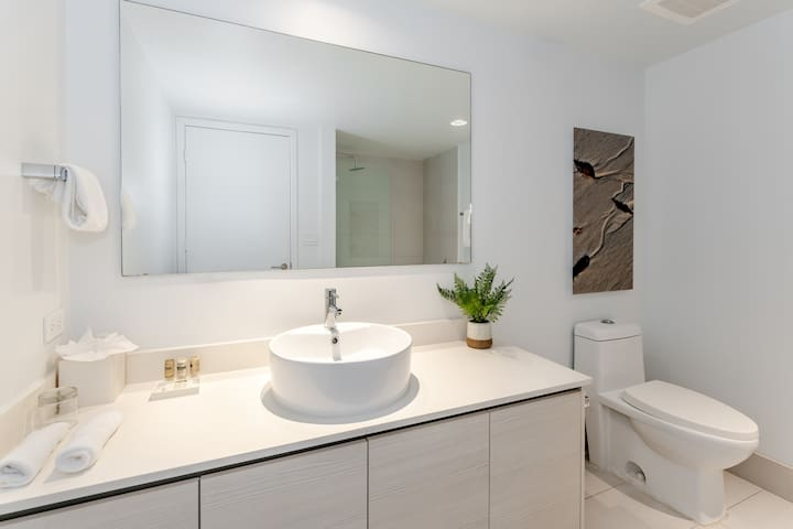 Beautiful Master bathroom, where you can take a good shower and relax. It includes towels, a hairdryer and a starter kit.