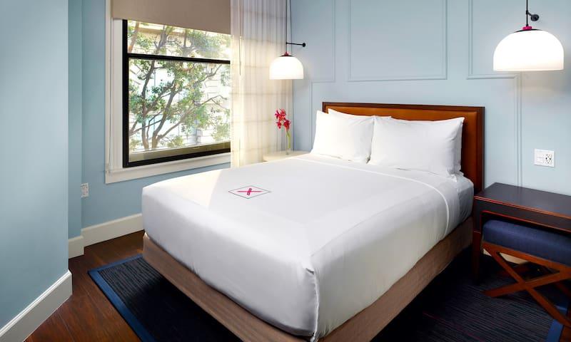 Axiom Hotel, ADA Queen
