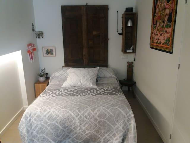 Zona de descanso.  Recogida al fondo de la habitación para hacerla más íntima y silenciosa y separada del balcon.  Decoración austera entrañable.