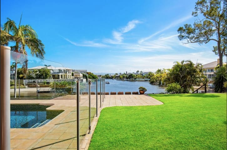 Waterfront! Entire Family Home, 8 Mins to Surfers