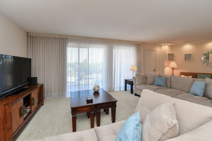 Luminous 2bed/2bath on Lido Beach