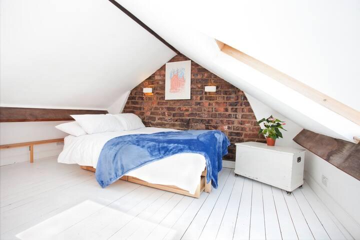 Loft room, 17 Hampden st - York - Casa