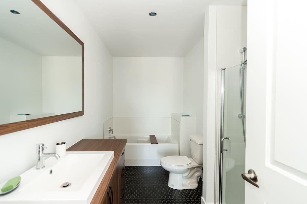 Salle de bain d'en haut avec bain et douche